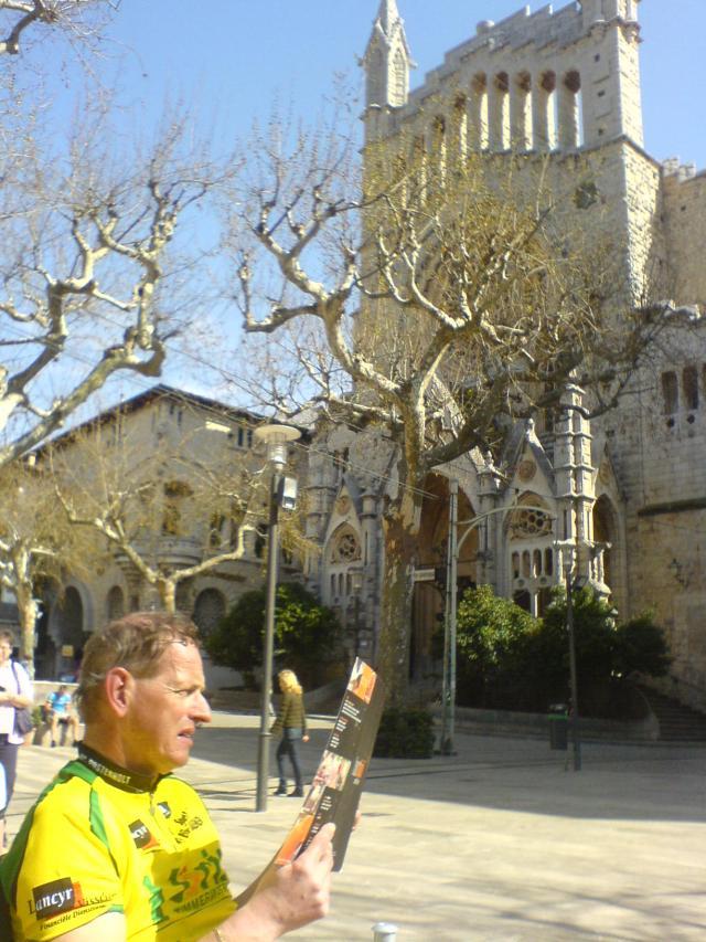 Mallorca, 21 maart 2010 in de korte mouwtjes in Soler op het terrasje