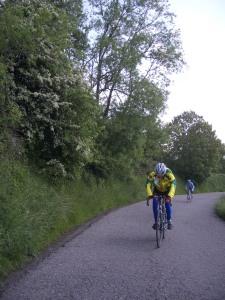 Hoe sterk is de eenzame fietser die krom gebogen over zijn stuur tegen de wind  Zichzelf een weg baant