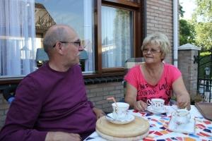 """kop koffie met Lies en Jan. Op het shirt van Lies de sleutelwoorden voor succes: """"love en courag"""