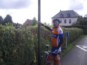 fietsmaat Robert geeft aan dat we, om in Spanje te komen, toch echt via Aldeneik moeten ...!!