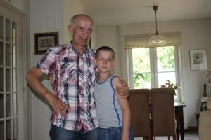Willy samen met zijn trots: kleinzoon Mike