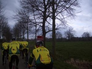 en ineens zit de groep in het fietsparadijs !!