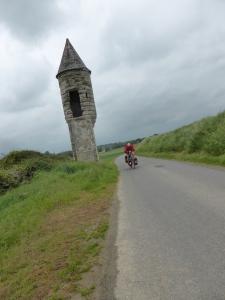 Romaans torentje bij Vaucelles. maakte ooit deel uit van 7 km lange en 5 m hoge vestingmuur. In 1550 gesloopt voor de vestingwerken van Cambrai