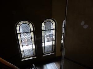 via een donker gangetje de trap op naar onze kamer