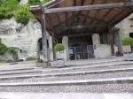 in bergwand uitgehouwen kerk: eglise Monolithe St. Jean