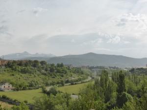 net buiten Jacca: het gaat weer omhoog en in de verte mooi uitzicht op de Pyreneeën