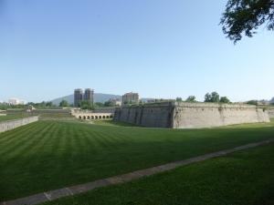 citadel Pamplona: met de fiets buitenom, tussen de muren en daarna door de poort naar binnen