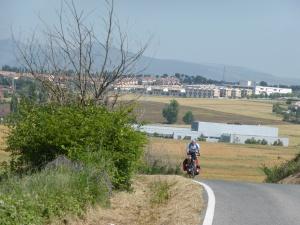 met Pamplona op de achtergrond gaat het via Puenta la Reina naar Logrono