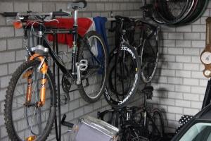 ongewoon gezicht: de fiets die op zondagmorgen op de haak hangt