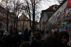 rechts de muur en links de Franse ambassde
